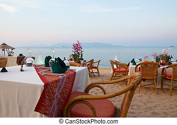frilufts restaurang, middag sätta, solnedgång strand, bordläggar