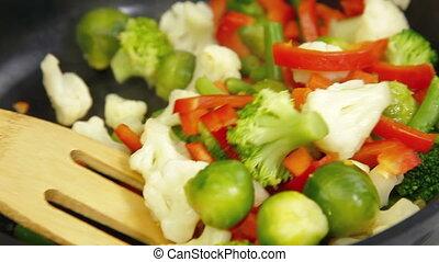 frire, remuer, légumes