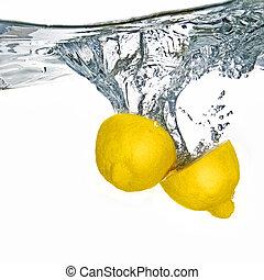 fris, citroen, gevallen, in, water, met, bellen, vrijstaand, op wit