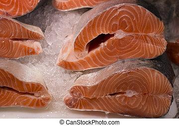 fris, forel, op, ijs, in, een, supermarket., snede, van, verse zalm, in, een, visje, shop.