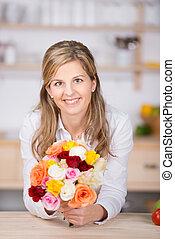 fris, glimlachende vrouw, bloem, ongedwongen