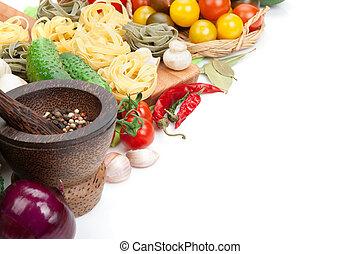 fris, ingredienten, voor, cooking:, pasta, tomaat, komkommer, paddenstoel, en, spices., vrijstaand, op wit, achtergrond
