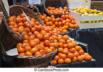 fris, sinaasappel, in, manden, op, een, fruit, markt