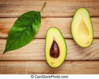 frisch, avocado, mit, avocado, blätter, auf, hölzern, hintergrund., organische , avocado, gesundes essen, concept.