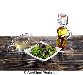 frisch, salat, a, flasche, von, olivenöl, mit, gewürz, und, essig, auf, a, holztisch