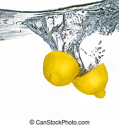 frisk, citron, droppat, in i, vatten, med, bubblar, isolerat, vita