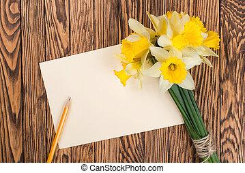 frisk, fjäder, gul, påskliljor, blomningen, och, tom, etikett, på, brun, målad, trä, planks., selektiv, fokus., plats, för, text.