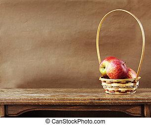 friss alma, képben látható, wooden asztal