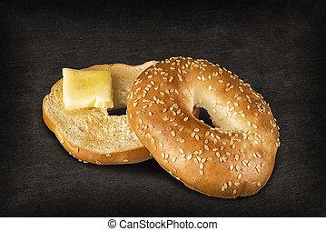 friss, szezámmag, bécsi kifli, bread, noha, egy, darab, közül, olvadt, vaj, elszigetelt, képben látható, egy, fekete, pala, alatt, háttér.