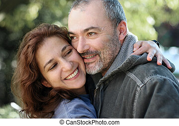 frohes ehepaar, draußen