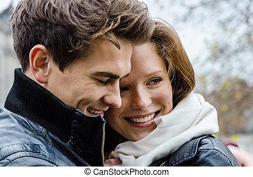 frohes ehepaar, draußen, umarmen