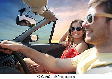 frohes ehepaar, fahren, in, umwandelbares auto