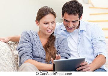 frohes ehepaar, gebrauchend, a, tablette, edv