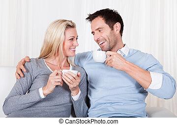 frohes ehepaar, genießen, a, tasse tee, oder, bohnenkaffee
