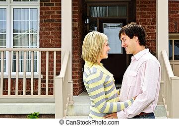 frohes ehepaar, hause
