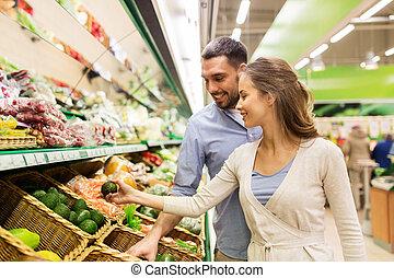 frohes ehepaar, kaufen, avocado, an, lebensmittelgeschäft