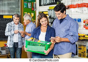 frohes ehepaar, kaufen, werkzeuge, an, baumarkt