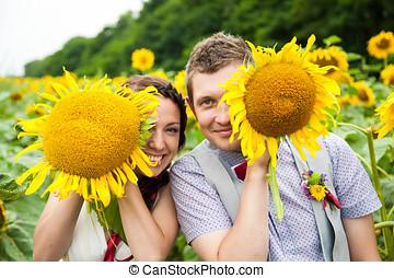 frohes ehepaar, liebe, spaß haben, in, feld, voll, von, sonnenblumen
