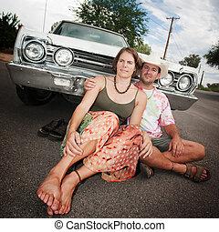 frohes ehepaar, mit, jahrgangsauto