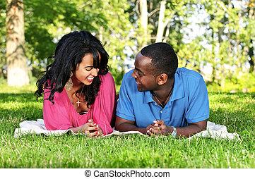 frohes ehepaar, park