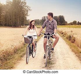 frohes ehepaar, radfahren, draußen, in, sommer