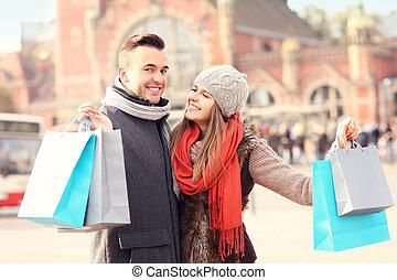 frohes ehepaar, shoppen, stadt