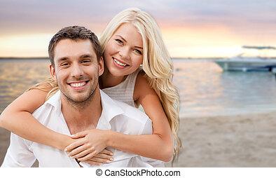 frohes ehepaar, spaß haben, aus, sandstrand, hintergrund