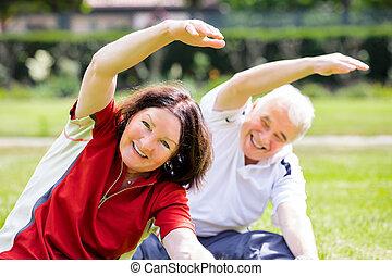 frohes ehepaar, trainieren, park