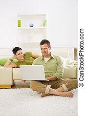 frohes ehepaar, verwenden computers