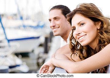 frohes ehepaar, weg schauen, hafen, ansicht