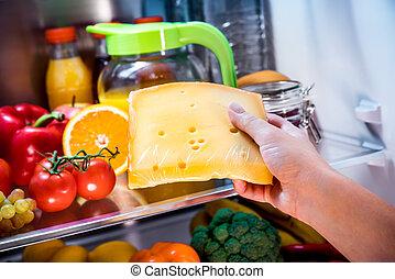 fromage, femme, prend, morceau, ouvert, réfrigérateur