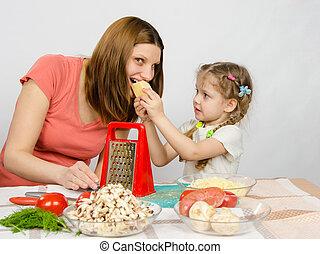 fromage,  six-year, Donner, morsure, dehors, maman, ensemble, ils, cuisinier,  table,  girl, morceau, où, nattes, cuisine