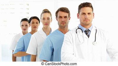 froncer sourcils, équipe, armes traversés, monde médical
