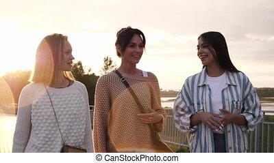 front mer, marche, amis, bas, parler., femme, sourire, trois