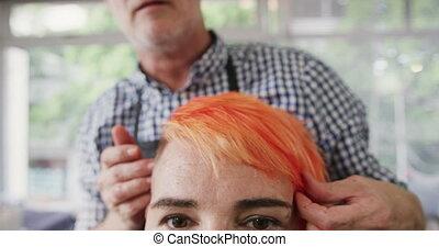 Front view hairdresser arranging woman hair - Alternative ...