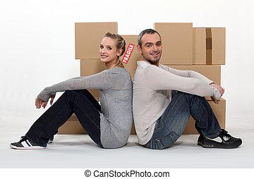 fronte, coppia, scatole cartone, seduta