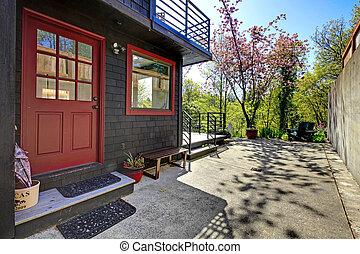 fronte, porta rossa, di, nero, legno, casa, con, giardino, vista.