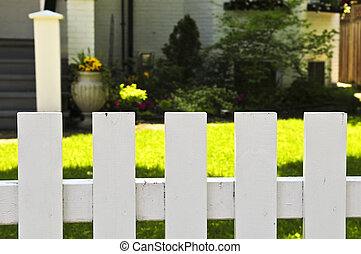 frontowy dziedziniec, z, biały chronią