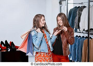frontview, di, ragazze, vestiti acquisto, durante, shopping, a, il, mall.