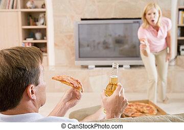 fru, talande, make, av, för, drickande, öl, och, äta pizza