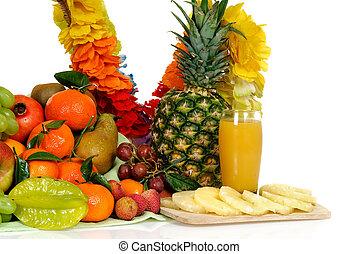 Fruit basket, pineapple juice - Seasonal varied tropical...