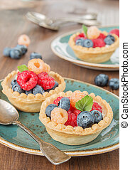 Fruit tartlets with cream
