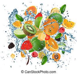 fruits frais, dans, eau, éclaboussure