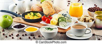 frukost, tjänat, med, kaffe, ost, spannmål, och, klättrat eggs