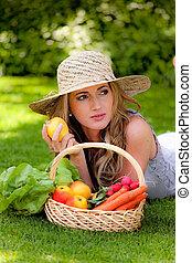 frukter och vegetables, in, den, korg, med, hans, fru