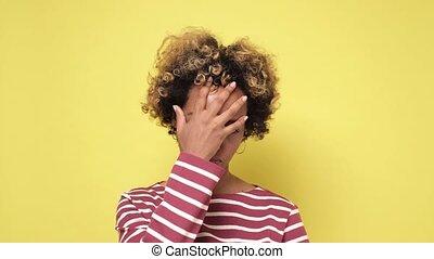 frustré, confection, être, femme américaine, bouclé, africaine, facepalm., fatigué, cheveux