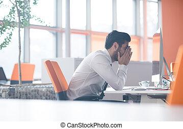 frustré, jeune, homme affaires, au travail