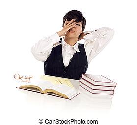 frustrado, carrera mezclada, adulto joven, estudiante femenino, en la mesa