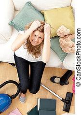 frustrado, mulher jovem, fazendo, housework