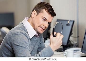 frustrado, representante serviço cliente, segurando, fones